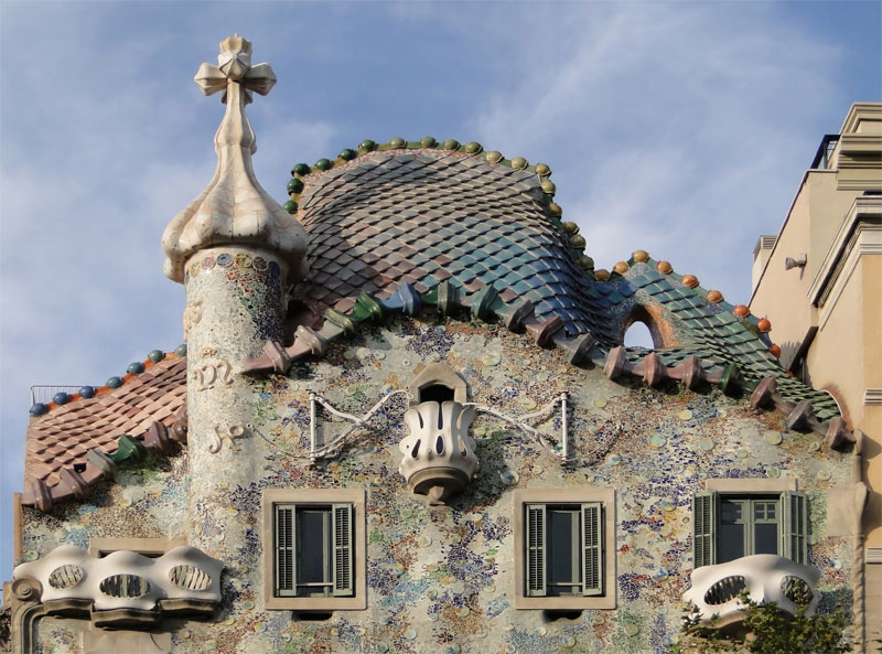 Внешний вид дома Бальо является аллегорией фигуры гигантского дракона