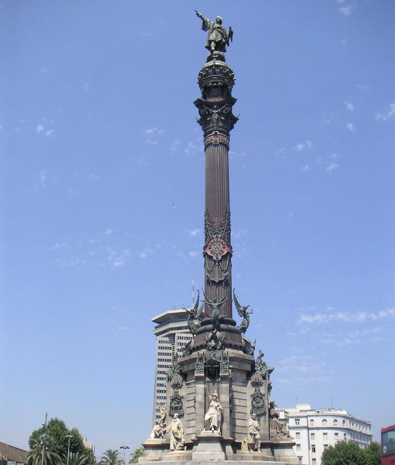 Фигура Колумба стоит на 60-метровом пьедестале