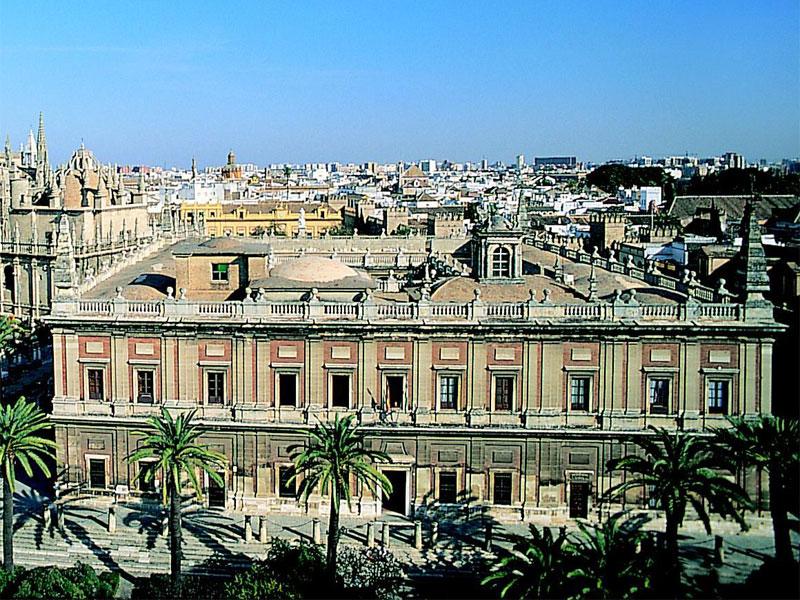 В здании архива хранится огромная коллекция документов по истории Испанской империи